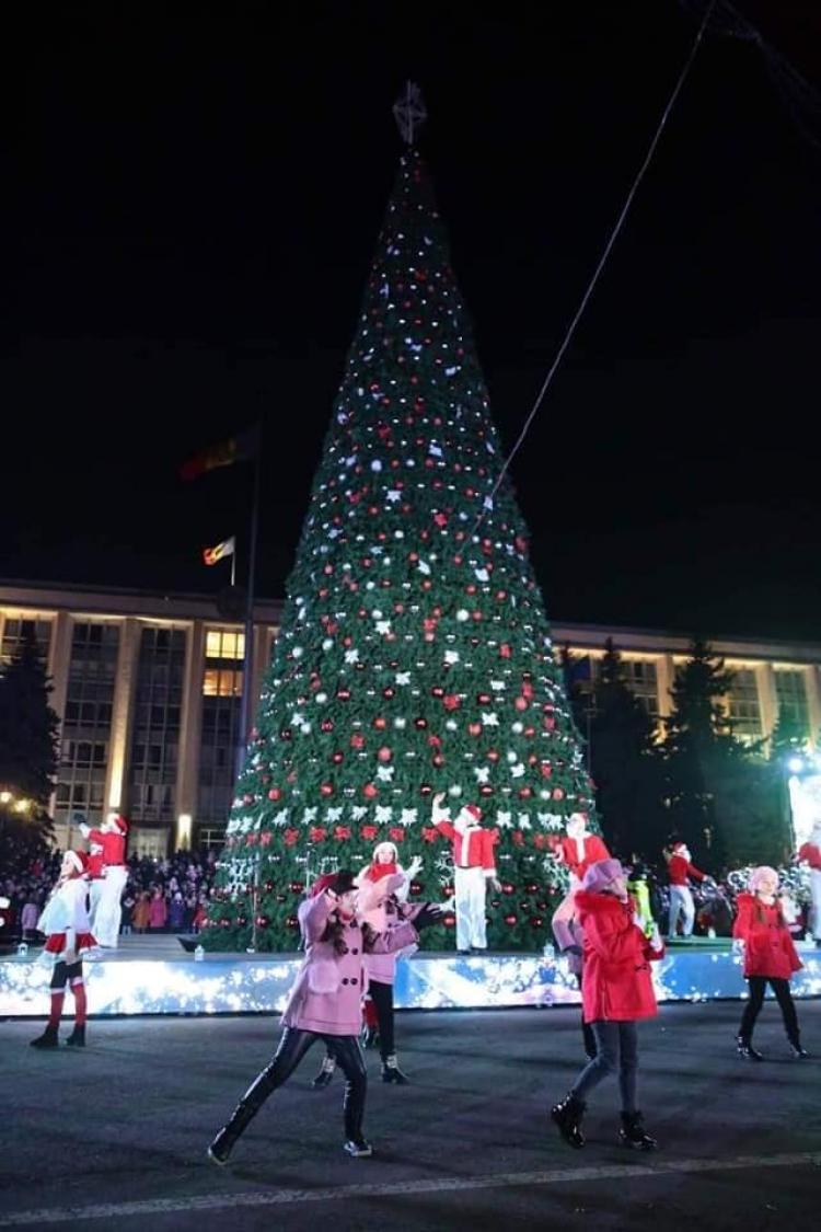 La Chișinău, ieri, a fost inaugurat Pomul de Crăciun. Cum a fost! (FOTO)