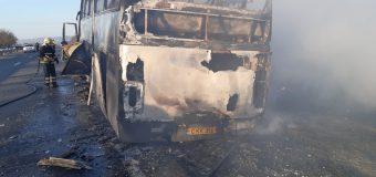 Un autocar a luat foc din mers și a ars în totalitate, lângă Peresecina