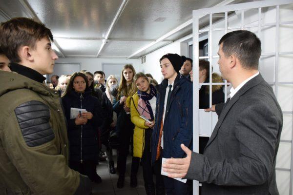 De la liceu – în izolatorul CNA. 23 de liceeni din Costeşti au făcut un tur la Centrul Naţional Anticorupţie