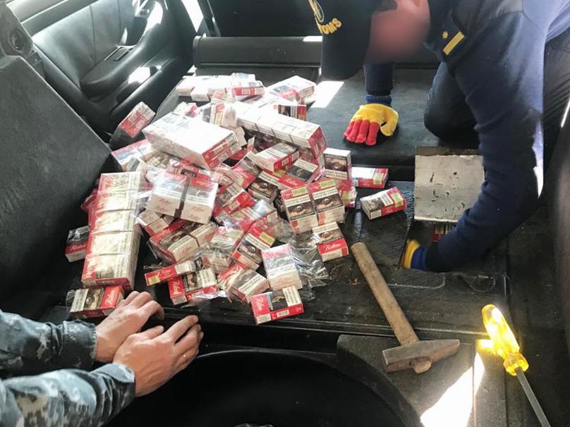 Mii de țigări în partea din spate a unei mașini, depistate de Serviciul Vamal