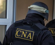 Un bărbat a declarat că ar avea influenţă asupra unor angajaţi ai Poliţiei de Frontieră şi ai Serviciului Vamal. CNA oferă detalii