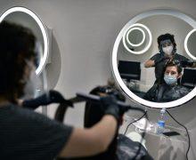 Mită pe timp de pandemie. Un polițist a pretins 7 000 lei de la o frizeriță pentru a nu-i aplica amendă