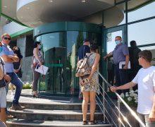 Un an de la producerea jafului de la filiala Buiucani a Moldova Agroindbank. Clienți: Nu ne-au restituit banii