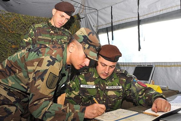 Militari din subunităţile Armatei Naţionale se antrenează la un poligon din România