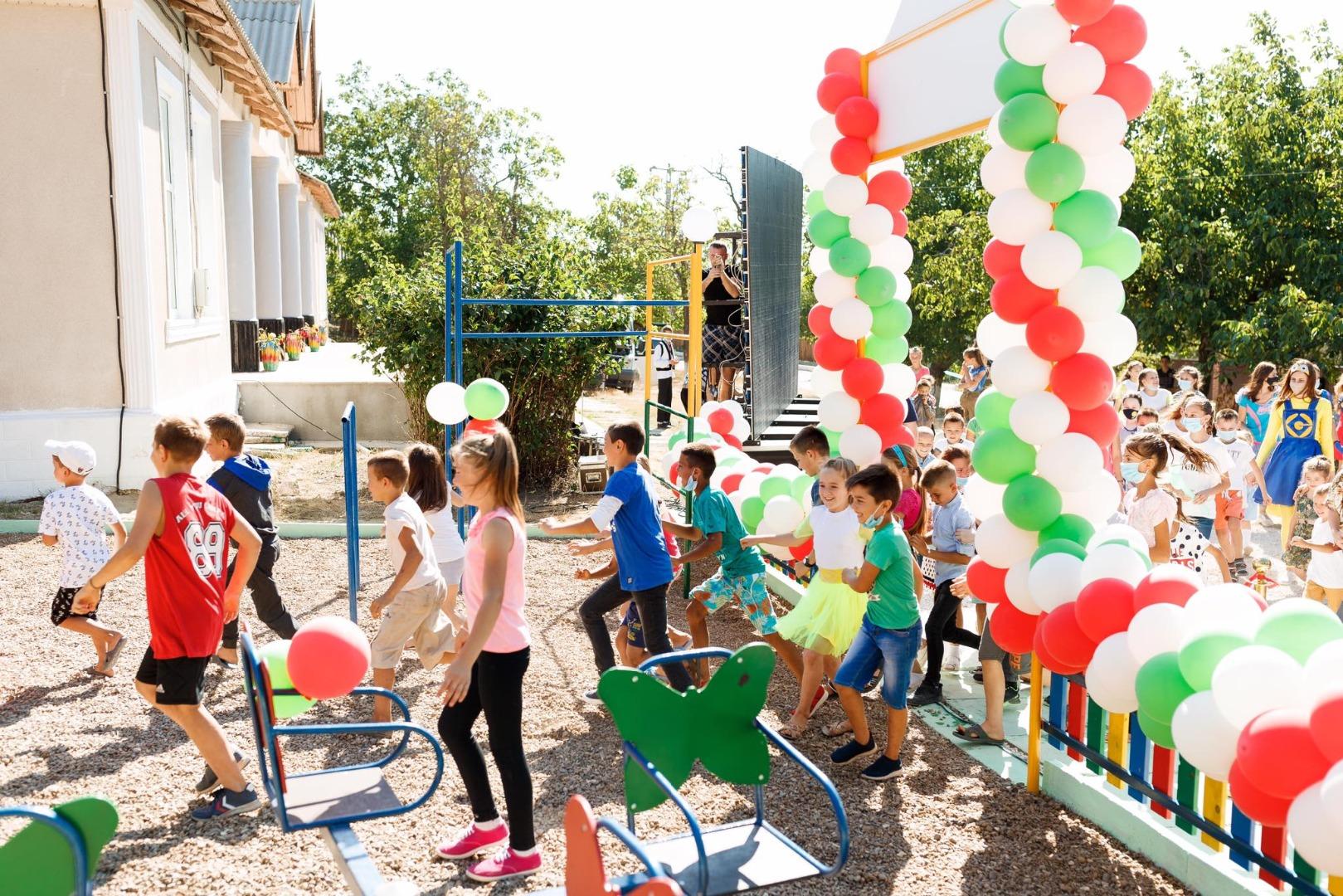 """Echipa Partidului """"ȘOR"""" a construit terenuri de joacă pentru copii în alte două sate, în raionul Telenești"""