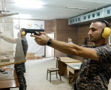 Antrenamente de mânuire a armei de foc în cadrul Serviciului Vamal