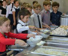 Alimentația copiilor în școlile din Chișinău a revenit la regimul obișnuit