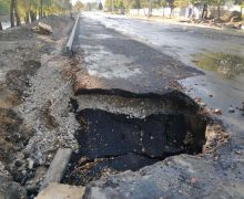 În capitală, șuvoaiele au smuls asfaltul de pe unele porțiuni de drum