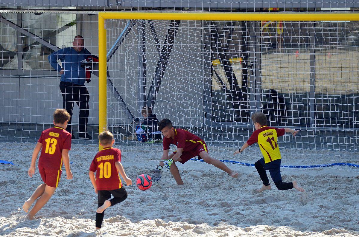 În Republica Moldova fost deschisă prima școală de fotbal pe plajă (FOTO)