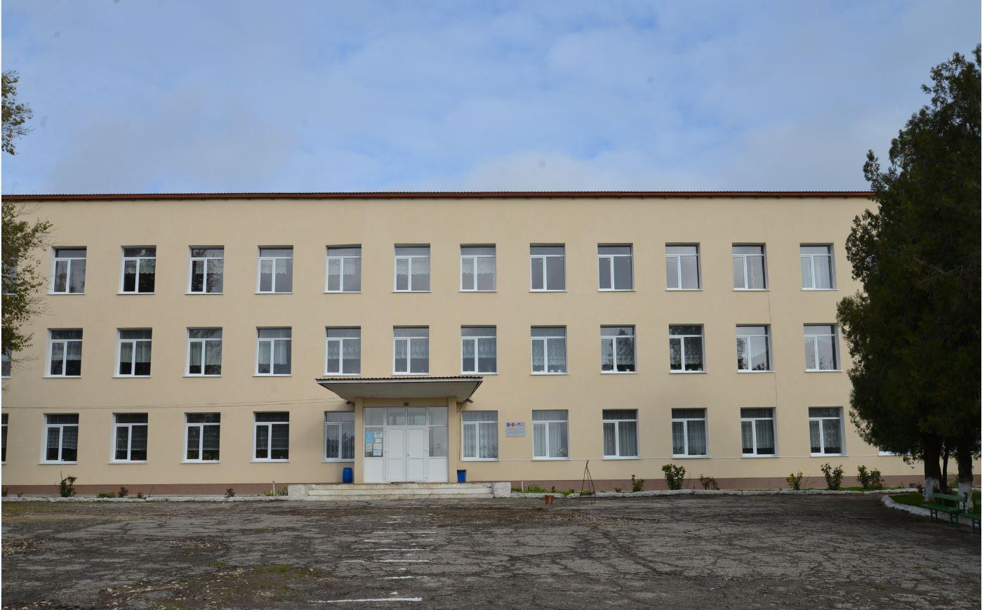"""Colaboratorii AEE au efectuat o vizită pentru constatarea reabilitării termice a clădirii Gimnaziului """"Ion Creangă"""" din satul Borceag"""