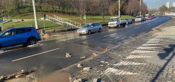 Pe strada Albișoara din Capitală a cedat un apeduct