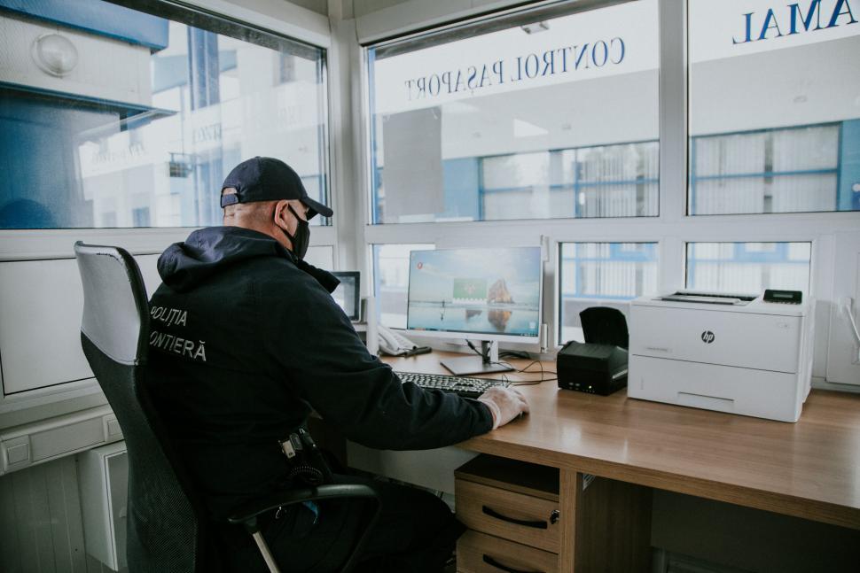 Un moldovean este cercetat pentru deținerea permisului de conducere polonez fals