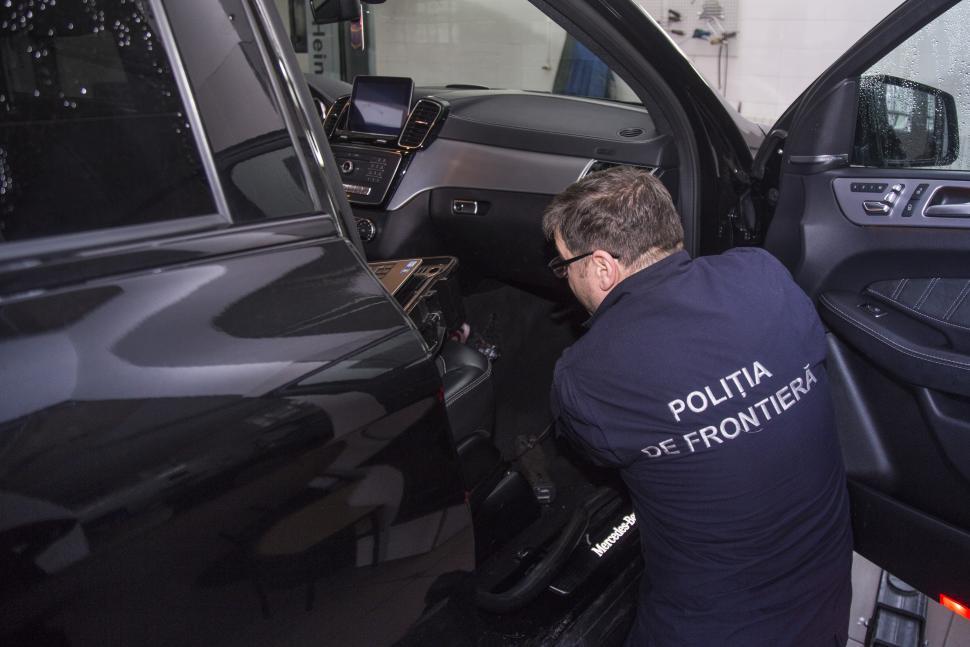Un autoturism de lux – cu elemente de identificare falsificate. Proprietarul a declarat că l-a procurat pe teritoriul Republicii Moldova