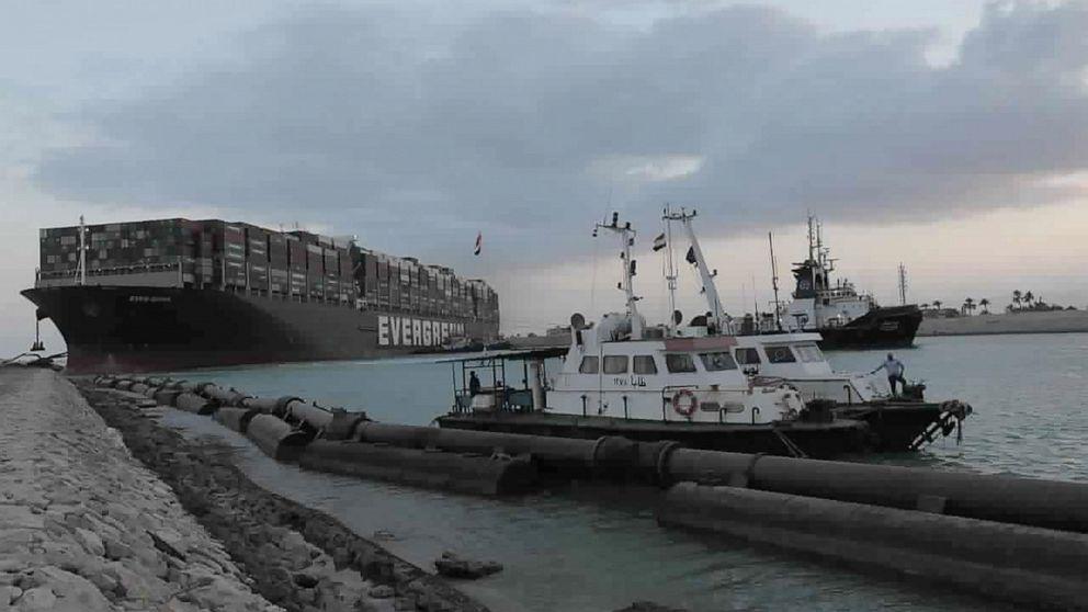 2 remorchere se instalează în Canalul Suez al Egiptului pe măsură ce expeditorii îl evită