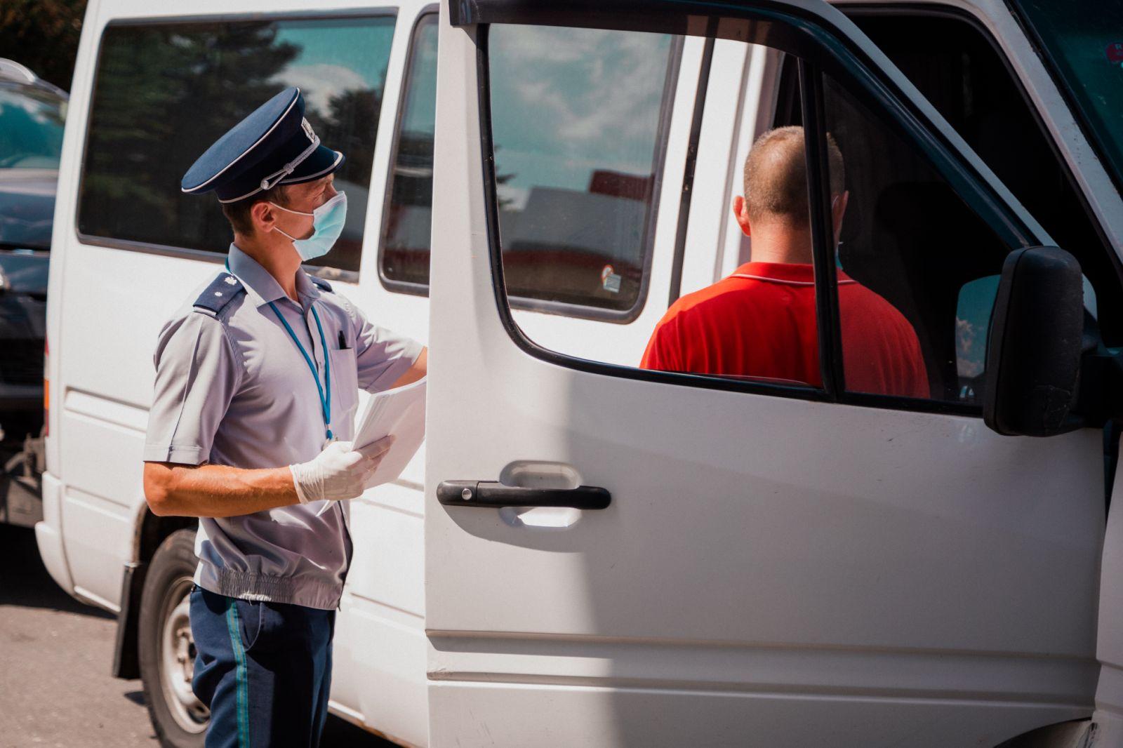 Au crezut că vor scăpa de autoizolare, dar polițiștii de frontieră au constatat că testele COVID-19 sunt false!